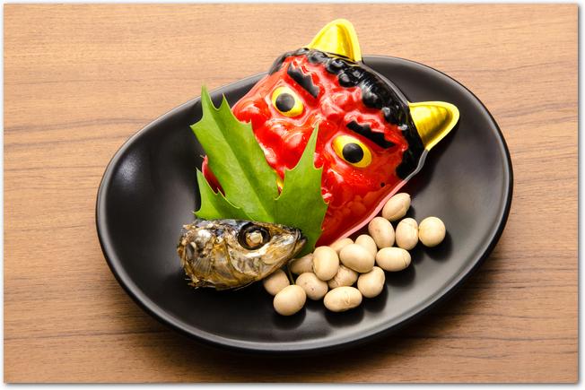 節分の飾り鬼のお面と豆と柊鰯