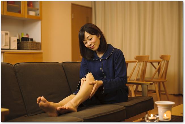 夜足のケアをしている女性