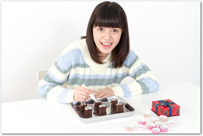 バレンタインチョコレートを作っている女の子