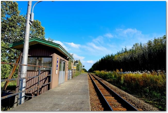 青空の下できれいに映える田舎の駅