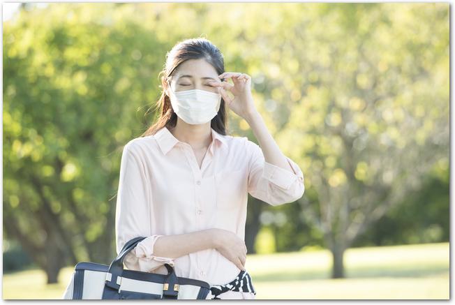 マスクをして外出する花粉症の女性