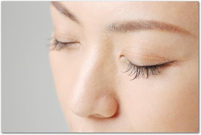 目を閉じた若い女性の顔のアップ