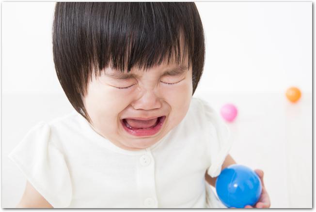 泣いている1歳の女の子の様子