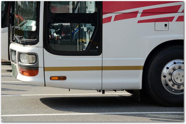 観光バスの昇降口を横から見た様子