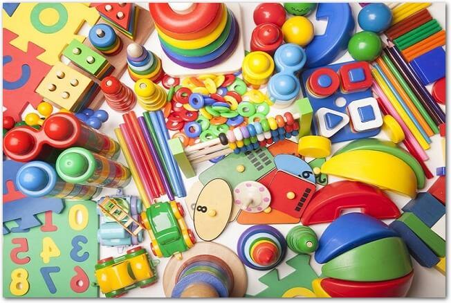 たくさんのカラフルなおもちゃが一面に散らばっている様子