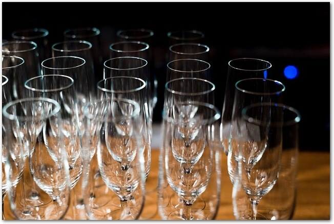 テーブルにワイングラスがたくさん置かれている様子