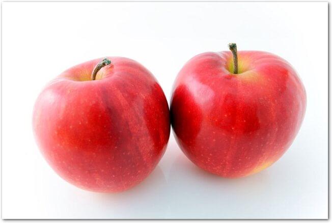 白背景に置かれた赤い2つのりんご